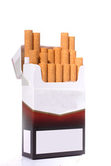 stehende Zigarettenpackung mit rausstehenden Zigaretten
