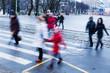 winterliche Szene von Menschen, die eine Straße überqueren