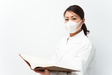 勉強している白衣の看護婦