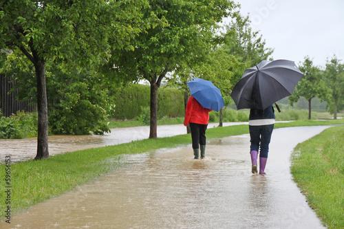 Leinwandbild Motiv Unwetter - 004 - Regen - 2Frauen