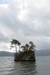 湖に浮かぶ小島