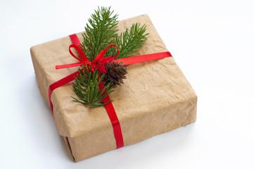 Подарочная коробка с красной лентой и веточкой елки