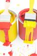 Farbdosen mit Pinsel
