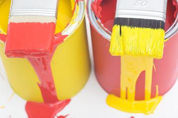 Rote und gelbe farbdose mit pinsel