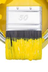 Gelber Pinsel auf Farbdose