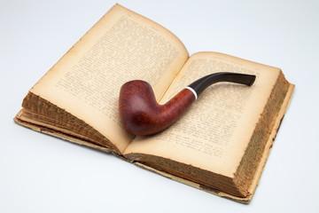 libro antiguo y pipa