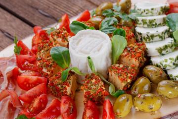 Antipasti - Platte mit Käse, Prosciutto, Oliven, Tomaten