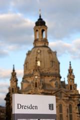 Frauenkirche in Dresden mit Schild