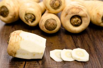 Pastinake geschält und in Scheiben geschnitten