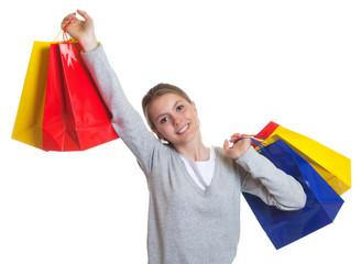 Junge Frau mit bunten Einkaufstaschen
