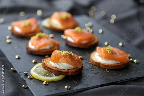 Papiers peints Entree, salade Toasts au saumon fumé 1