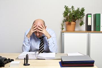 Geschäftsmann ist empört, frustriert und verzweifelt