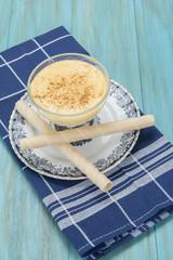 Natillas caseras en copa con barquillos y canela