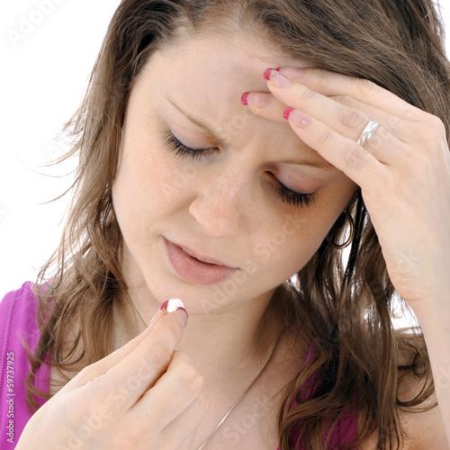 Leinwanddruck Bild Frau nimmt Pille gegen Kopfschmerzen und Migräne