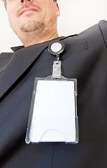 Mann mit elektronischem Ausweis am Anzug