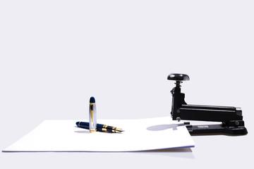 Bolígrafo y Grapadora