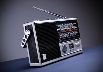 radio retrò sullo sfondo grigio