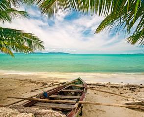Auszeit: Karibischer Strand mit altem Fischerboot