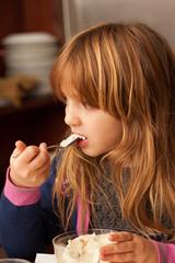 Bambina mangia un gelato