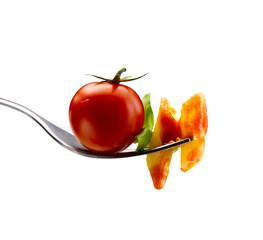 pasta al pomodoro su fondo bianco