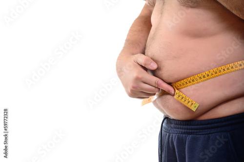 Uomo w sovrappeso che si misura