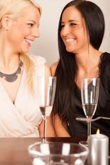 Zwei Damen lachen während bleigießen