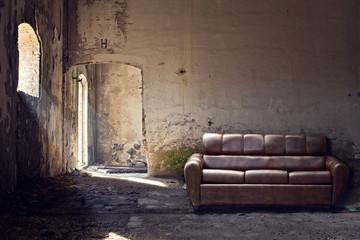 divano in pelle dentro vecchio edificio