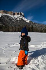 Petit garçon à la neige