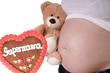 schwangere Frau mit Teddy und Lebkuchenherz - Supermama