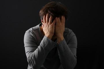 Depression, Mann fürchtet sich, Hände vor Gesicht
