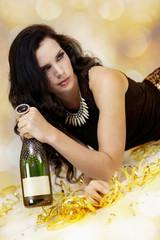 attraktive frau im partyoutfit mit luftschlangen und champagner
