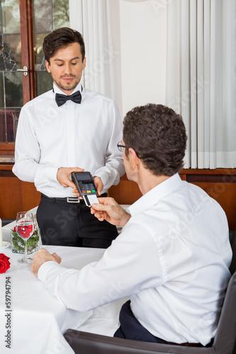 canvas print picture bargeldlose zahlung im restaurant mit kreditkarte