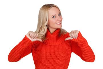 Blonde Frau zeigt mit beiden Daumen auf sich selber