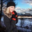 Bonde Frau in einer Winterlandschaft