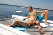Junges Paar auf einer Yacht - Urlaub am Meer