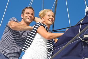 Junges Paar im Urlaub auf einem Segelboot