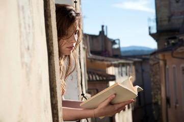 Jeune-fille lisant à sa fenêtre