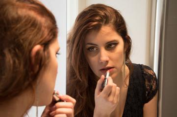 Jeune-fille se mettant du rouge à lèvre