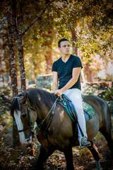 Homem jovem passeando a cavalo