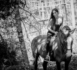 Mulher jovem passeando a cavalo