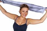 Lachende junge Frau mit Handtuch