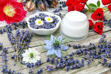 Creme mit Lavendel und Rosen