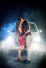 Casal apaixonado beijando-se na chuva