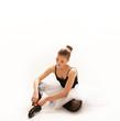 junge Ballet Tänzerin am Boden
