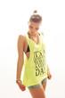 junge hübsche Frau in Streetwear