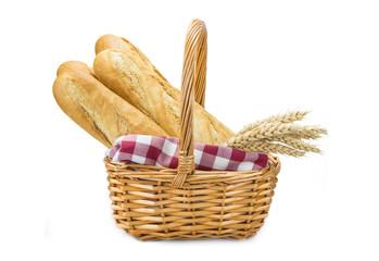 Cesta con baguettes de pan aislada sobre fondo blanco