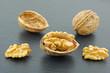 gros plan de noix de Grenoble fond ardoise