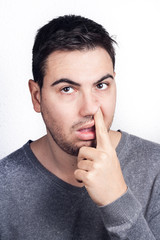 hombre con dedo en la nariz