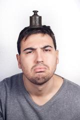 hombre con peso en la cabeza