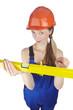Handwerkerin mit Blaumann, Helm und Wasserwaage